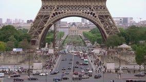 在埃菲尔铁塔下的交通 t 股票视频