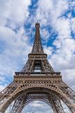 在埃菲尔铁塔后的天空蔚蓝在巴黎,法国 免版税库存照片