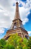 在埃菲尔Tower.Paris,法国的脚的看法 免版税库存图片