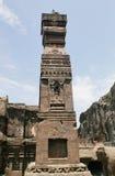 在埃洛拉石窟向被雕刻的柱子, Kailasa寺庙扔石头,不要使16,印度陷下 图库摄影