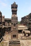 在埃洛拉石窟向被雕刻的柱子, Kailasa寺庙扔石头,不要使16,印度陷下 库存照片