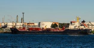 在埃索石油加拿大炼油厂的大湖货轮 库存图片