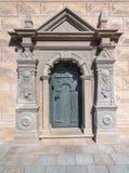 在城堡一个石大厦的老门在Cesis镇,拉脱维亚 免版税库存照片
