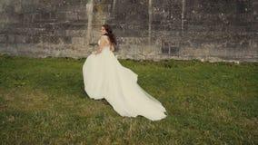 在城堡前的美丽的新娘汝宁 影视素材