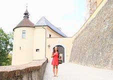 在城堡前面捷克施滕贝格入口门的女孩  免版税库存图片