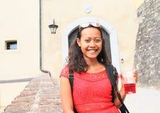 在城堡前面捷克施滕贝格入口门的女孩  库存照片