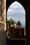 在城堡卡尔卡松,南法国堡垒塔塔的窗口视图  库存照片