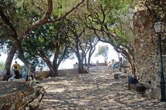 在城堡圣乔治,里斯本,葡萄牙的走道 免版税库存图片