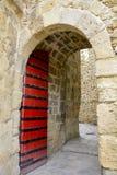 在城堡圣地豪尔赫的一个红色门 免版税图库摄影