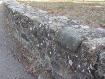 在城堡地面前面的低石墙 免版税库存图片