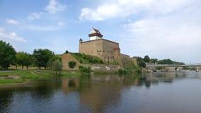 在城堡埃尔曼,晴朗的威严的天的看法 纳尔瓦,爱沙尼亚 股票视频