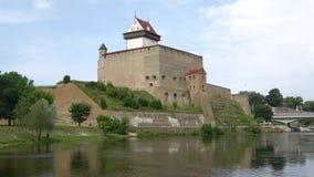 在城堡埃尔曼,晴朗的威严的天的看法 纳尔瓦,爱沙尼亚 影视素材