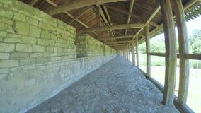 在城堡墙壁上的木车棚 股票视频
