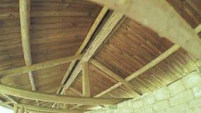 在城堡墙壁上的木车棚 影视素材