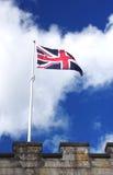 在城堡墙壁上的英国旗子 库存图片