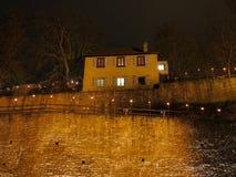 在城堡墙壁上的议院在夜之前 库存图片