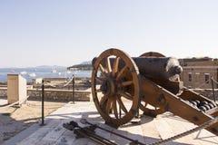 在城堡墙壁的古色古香的大炮 库存照片