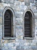 在城堡墙壁的木窗口 免版税图库摄影