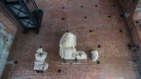 在城堡墙壁的雕塑  免版税图库摄影
