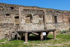 在城堡墙壁附近的中世纪施行绞刑台 库存照片