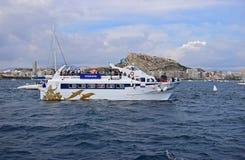 在城堡富豪集团海洋种族阿利坎特下的一条轮渡2017年 库存照片