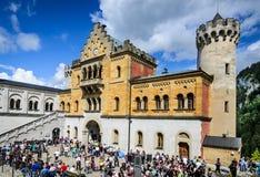 在城堡德国宽neuschwanstein视图之下的巴伐利亚 图库摄影
