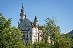在城堡德国宽neuschwanstein视图之下的巴伐利亚 免版税库存照片