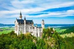 在城堡德国宽neuschwanstein视图之下的巴伐利亚 库存照片