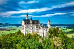 在城堡德国宽neuschwanstein视图之下的巴伐利亚 免版税库存图片