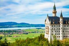 在城堡德国宽neuschwanstein视图之下的巴伐利亚 库存图片