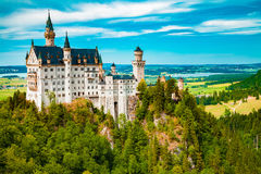在城堡德国宽neuschwanstein视图之下的巴伐利亚 免版税图库摄影
