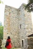 在城堡捷克施滕贝格的女孩观看的土牢 库存照片