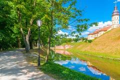 在城堡涅斯维日附近的夏天公园 免版税库存照片