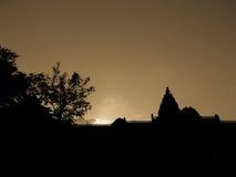 在城堡白嘴鸦的日落剪影 免版税图库摄影