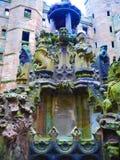 在城堡的喷泉 免版税库存照片