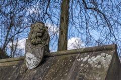 在城堡的墙壁上的狮子雕象 图库摄影