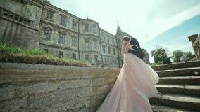在城堡的婚姻的美好的夫妇 股票视频
