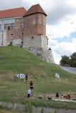 在城堡的实践的射箭。 免版税库存照片