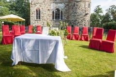 在城堡的室外婚礼 库存图片