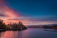 在城堡的惊人的黄昏由湖,波兰 免版税图库摄影