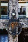 在城堡的木门的老伪造的生锈的把柄 免版税库存图片