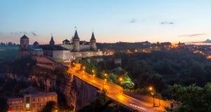 在城堡的看法在Kamianets-Podilskyi在晚上 乌克兰 免版税库存照片