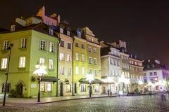 在城堡的连栋房屋在晚上,华沙摆正 库存图片