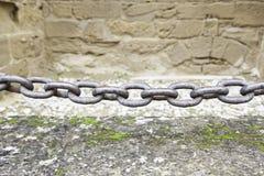 在城堡的金属链子 免版税库存照片