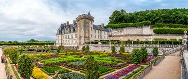 在城堡科隆比耶尔的全景视图与五颜六色的庭院 免版税库存照片