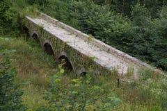 在城堡诺伊豪斯附近的石桥梁 库存图片