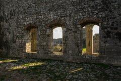 在城堡里面-古老城堡` s的看法成拱形,斯库台,阿尔巴尼亚 免版税库存图片