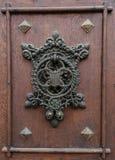 在城堡门的通道门环 免版税库存照片