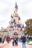 在城堡附近的人们在迪斯尼乐园巴黎拍照片 图库摄影