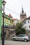 在城堡附近的塔街道位于老城市 Sighisoara市在罗马尼亚 图库摄影